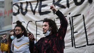 Manifestants devant le Théâtre de La Colline à Paris, occupé par des étudiants en art dramatique, 9 mars 2021 (THOMAS COEX / AFP)