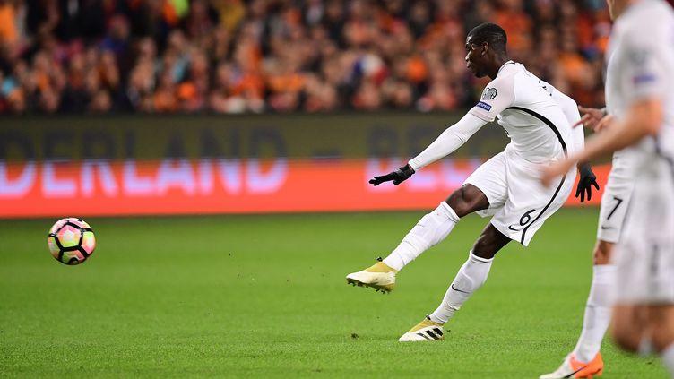 La frappe de Paul Pogba, le milieu de l'équipe de France, qui finit au fond des filetsface aux Pays-Bas, le 10 octobre 2016 à Amsterdam. (EMMANUEL DUNAND / AFP)