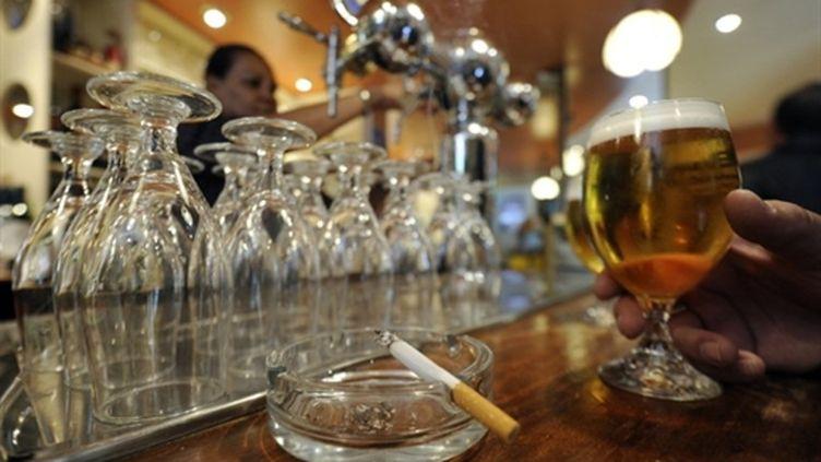 Une cigarette dans le cendrier d'un bar madrilène (21 octobre 2010) (AFP/DOMINIQUE FAGET)