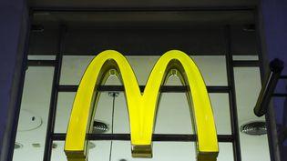 Le logo de McDonald's, à Londres, le 10 décembre 2019. (BEATA ZAWRZEL / NURPHOTO /AFP)