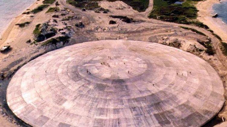 Le dôme de béton sur l'îlot de Runit renferme les résidus de 12 années d'essais nucléaires américains dans le Pacifique. (US DEFENCE NUCLEAR AGENCY/FILES / AFP)