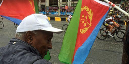 Les supporters érythréens brandissent des drapeaux quand le peloton passe à l'arrivée du Tour de France sur les Champs-Elysées à Paris le 26 juillet 2015 (FTV - Laurent Ribadeau Dumas)