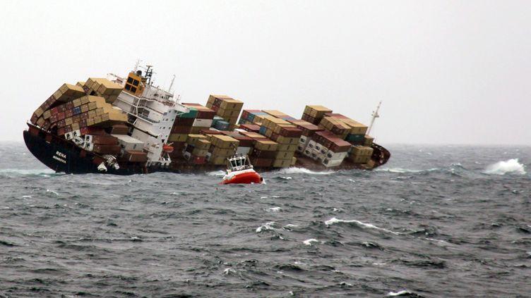 """Le """"Rena"""", un porte-conteneurs échoué sur un récif le 5 octobre 2011 au large de la Nouvelle-Zélande, le 12 octobre 2011. (NICOLE MUNRO / AFP)"""