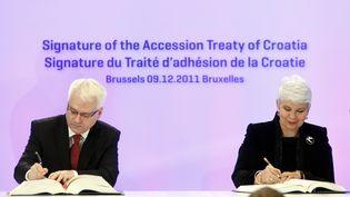 Le président croate Ivo Josipovic et la Première ministre Jadranka Kosor signent le traité d'adhésion, le 9 décembre à Bruxelles (Belgique). (SEBASTIEN PIRLET / REUTERS)