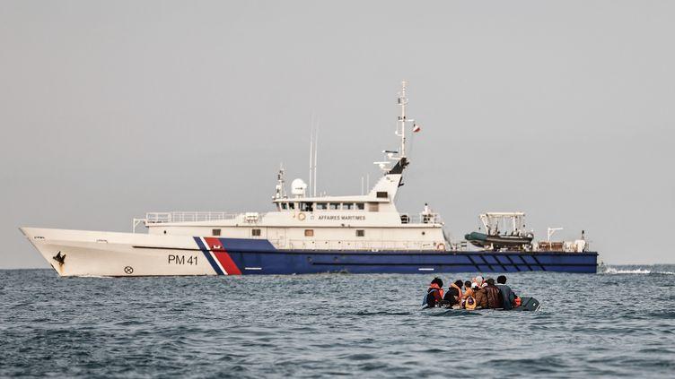 Des migrants tentent la traversée de la Manche, le 11 septembre 2020. (SAMEER AL-DOUMY / AFP)
