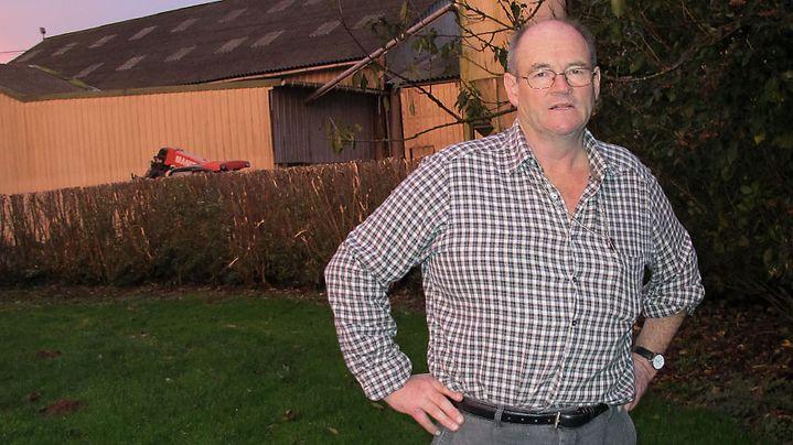 François Palut, membre de la FDSEA Finistère, sur son exploitation d'élevage porcin à Calarnou (Finistère), le 12 novembre 2013. (SALOME LEGRAND / FRANCETV INFO)