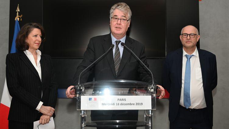Jean-Paul Delevoye, lors de la passation de pouvoir avecLaurent Pietraszewski, nouveau secrétaire d'Etat chargé des Retraites, le 18 décembre 2019. (DOMINIQUE FAGET / AFP)