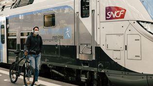 Un cycliste sort d'un trainà la gare de Lyon (Paris), le 13 mai 2020. (KARINE PIERRE / HANS LUCAS / AFP)