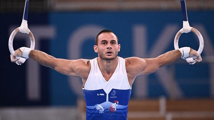 Le porte-drapeau de l'équipe de France à la cérémonie d'ouverture, Samir Aït-Saïd, lors des qualifications aux anneaux aux Jeux olympiques, le 24 juillet 2021. (LIONEL BONAVENTURE / AFP)