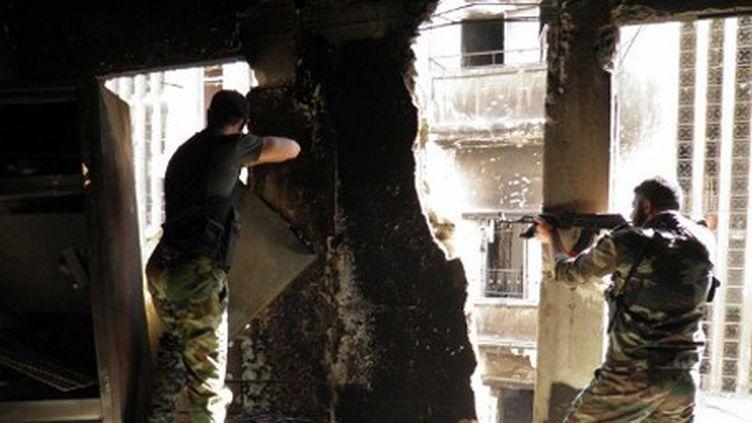 Rebelles syriens à Khalidiya, près de Homs, le 18 mai 2012 (photo fournie par Shaam News Network, agence d'information d'opposition) (AFP - HO - SHAAM NEWS)