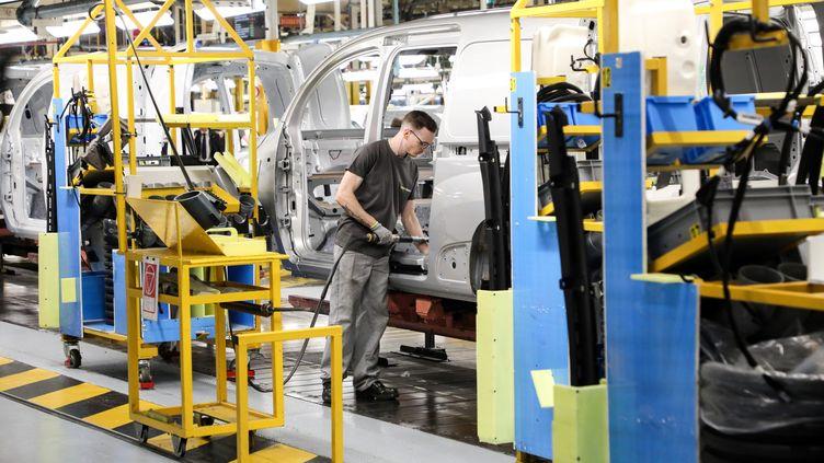 Un employé, ennovembre 2018, dans une usine Renault, l'une des entreprises testées dans l'étude sur la discrimination à l'embauche publiée le 6 février 2020. (Photo d'illustration) (LUDOVIC MARIN / AFP)