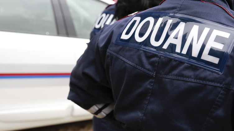 Un agent des douanes, à Paris, en mars 2013. (photo d'illustration) (CHRISTOPHE MORIN  / MAXPPP)