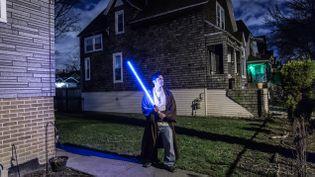 (Gabriel Calderon devant la maison de ses parents, dans la banlieue de Chicago. © Matthieu Mondoloni / France Info)