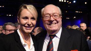 La députée du Vaucluse, Marion Maréchal-Le Pen, en compagnie de son grand-père, Jean-Marie Le Pen, lors d'un meeting à Paris, le 17 novembre 2013. (BERTRAND GUAY / AFP)