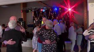 Après deux ans d'arrêt en raison de la crise sanitaire, les thés dansants sont de retour. Reportage dans la Marne, où les habitués se réjouissent de retrouver une ambiance festive et conviviale. (CAPTURE ECRAN FRANCE 2)