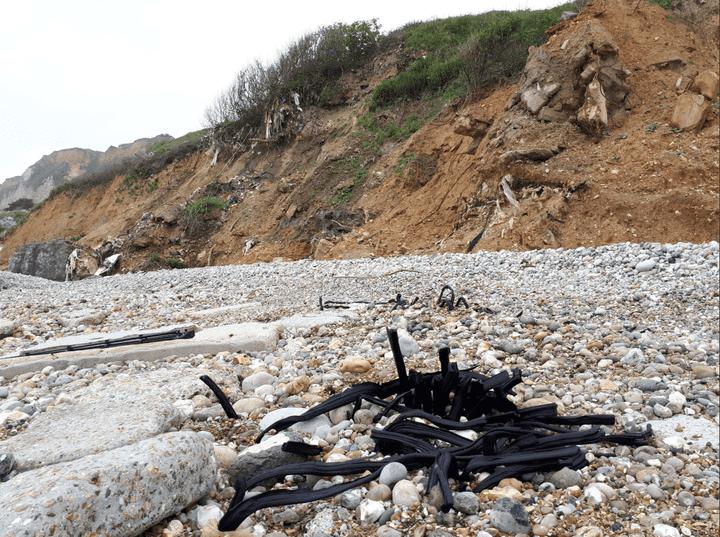 Ces joints de pare-brise sont soudés aux galets de la plage. (BENJAMIN MATHIEU / FRANCEINFO)