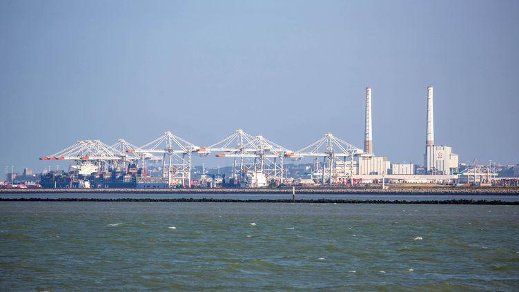 Une vue du port du Havre (Seine-Maritime) et de ses conteneurs depuis la plage du Butin à Honfleur. (GILLES TARGAT / GILLES TARGAT / AFP)