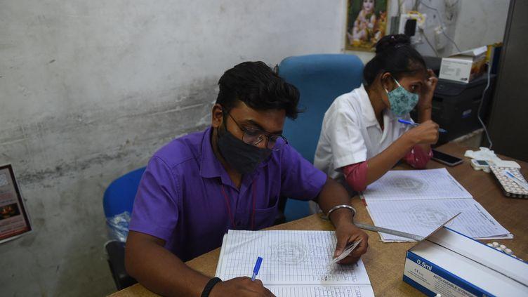 Des soignants dans un centre de vaccination en Inde, le 20 juillet 2021. (SAM PANTHAKY / AFP)