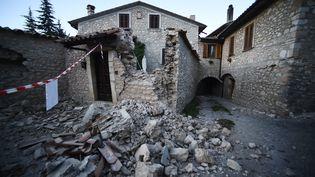 Une maison détruite par le séisme de dimanche 30 octobre, dans le village d'Ancarano, au centre de l'Italie. (FILIPPO MONTEFORTE / AFP)