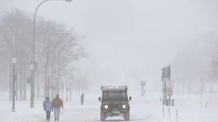 Une avenue de Washington (Etats-Unis), sous la neige, pendant la tempête Jonas, le 23 janvier 2016. (JOSHUA ROBERTS / REUTERS)