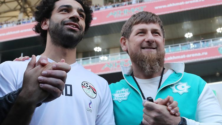 Mohamed Salah (à gauche) footballeur égyptien et Ramzan Kadyrov (à droite) président tchétchène,sur le stade de foot à Grozny (Tchéchénie), le 10 juin 2018.  (KARIM JAAFAR / AFP)