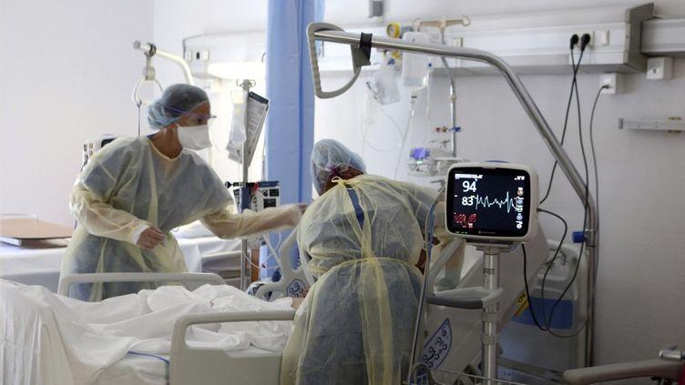 Des soignants s'activent autour d'un malade du Covid-19, le 5 août 2021, à Bastia (Haute-Corse). (PASCAL POCHARD-CASABIANCA / AFP)