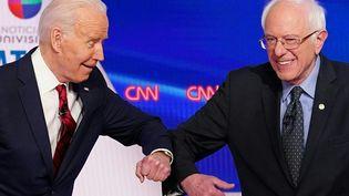 Joe Biden et Bernie Sanders, le 15 mars 2020, lors d'un débat dans le cadre des primaires démocrates, àWashington. (MANDEL NGAN / AFP)