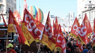 Des manifestants défilent avec des drapeaux de la CGT, jeudi 22 mars 2018, à Marseille (Bouches-du-Rhône). (FREDERIC SEGURAN / CROWDSPARK / AFP)