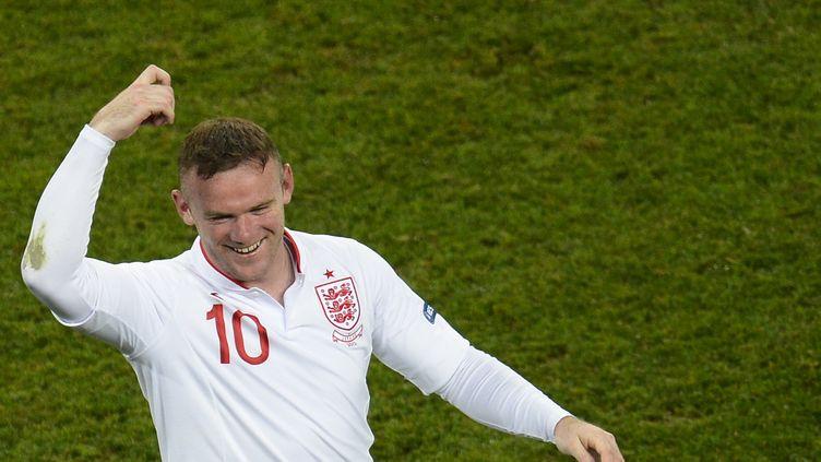 Le footballeur anglais Wayne Rooney fait semblant de s'asperger de laque après son but contre l'Ukraine, mardi 19 juin 2012, à Donetsk (Ukraine). (FELIX ORDONEZ / REUTERS)