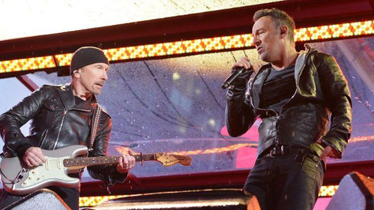 The Edge et Bruce Springsteen sur scène à New York le 1er décembre 2014.  (Slaven Vlasic / Getty Images / AFP)