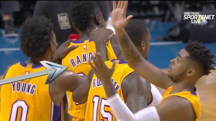 Le meneur des Lakers, D'Angelo Russell, en pleine solitude au moment de féliciter son coéquipier Julius Randle