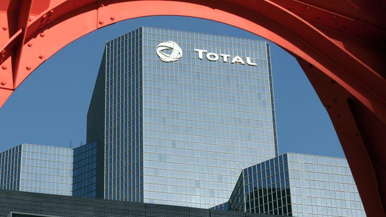 Le siège social de Total, à la Défense (Hauts-de-Seine), le 3 novembre 2008. (ERIC PIERMONT / AFP)