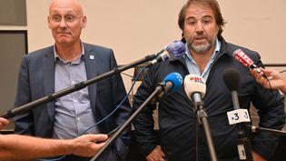 Le président de la Fédération française de rugby (FFR) Bernard Laporte (à gauche) et le vice-président Serge Simon donnent une conférence de presse, le 24 septembre, un jour après avoir été libérés de leur garde à vue dans le cadre d'une enquête sur les soupçons qui pèsent sur le club de Top 14 de Montpellier.  (PASCAL GUYOT / AFP)