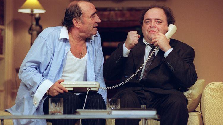"""Photo prise le 16 septembre 1993 à Paris, avec les comédiens Jacques Villeret et Claude Brasseur, lors de la pièce """"Le Dîner de cons"""" (BERTRAND GUAY / AFP)"""