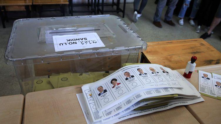 Une urne et des bulletins de vote, le 24 juin 2018, à Ankara (Turquie), lors de l'élection présidentielle turque. (ADEM ALTAN / AFP)