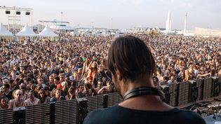 Ricardo Villalobos face à la foule du Weather Festival 2014 au Bourget.  (Jacob Khrist)