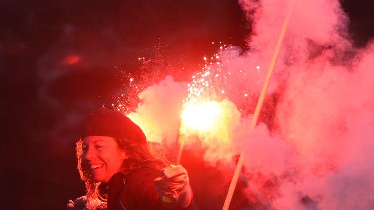 Les Sables-d'Olonne. La navigatrice française Alexia Barrier célèbre son arrivée à bord de son bateau, le 28 février 2021, après un tour du monde en solo de 111 jours. (JEAN-FRANCOIS MONIER / AFP)