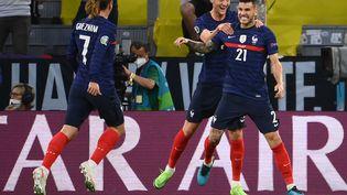 Lucas Hernandez(à droite), Adrien Rabiot (au centre) etAntoine Griezmann (à gauche) durant le match France-Allemagne dans le cadre de l'Euro 2021 le 15 juin 2021 à Munich (Allemagne). (FRANCK FIFE / POOL / AFP)