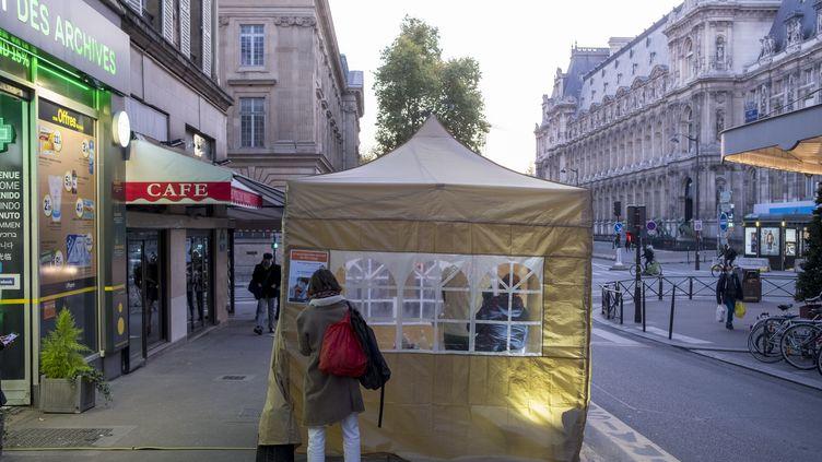 Une pharmacie pratique des tests antigéniques dans une tente posée à l'exterieur, à Paris, le 5 novembre 2020. (NICOLAS PORTNOI / HANS LUCAS / AFP)