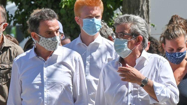 Eric Piolle, maire écologiste de Grenoble, avec Adrien Quatennens et Jean-Luc Mélenchon, le 21 août 2020, aux universités d'été de La France insoumise. (PHILIPPE DESMAZES / AFP)