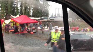 Les services de secours interviennent après un accident de train à Olympia, dans l'Etat de Washington, le 18 décembre 2017. (BRADEN CHAPMAN / REUTERS)