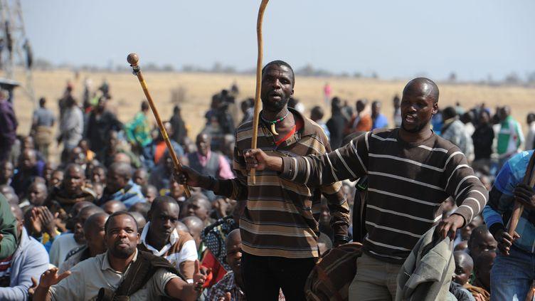 Des mineurs sud-africains lors d'un rassemblement près de la mine de Marikana, le 18 août 2012. (AFP)