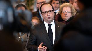 François Hollande face aux journalistes à son arrivée à Saint-Pierre (Saint-Pierre-et-Miquelon), le23 Décembre 2014 (STEPHANE DE SAKUTIN / AFP)