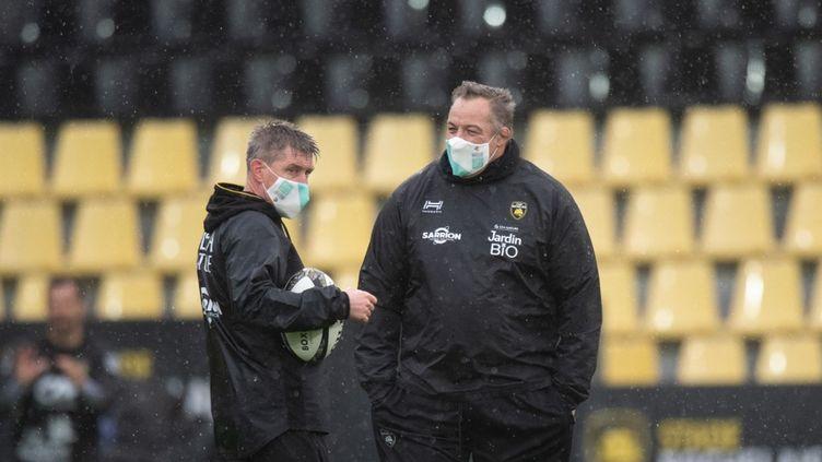Le coach de La Rochelle Ronan O'Gara accompagné de Jono Gibbes (XAVIER LEOTY / AFP)