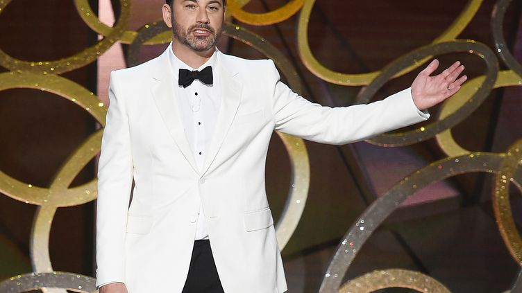 L'humoriste Jimmy Kimmel présente la 68e cérémonie des Emmy Awards au Microsoft Theater de Los Angeles (Californie, Etats-Unis), le 18 septembre 2016. (KEVIN WINTER / GETTY IMAGES NORTH AMERICA / AFP)