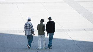 Des jeunes sur une esplanade. Photo d'illustration. (SANDRO DI CARLO DARSA / MAXPPP)