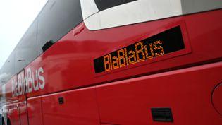 """Un car de """"Blablabus"""" à Lyon (Rhône). (PHILIPPE DESMAZES / AFP)"""