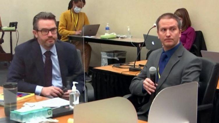 Derek Chauvin (à droite) et son avocat Eric Nelson (à gauche) lors du procès de l'ancien policier à Minneapolis (Etats-Unis), le 15 avril 2021. (COURT TV / AFP)