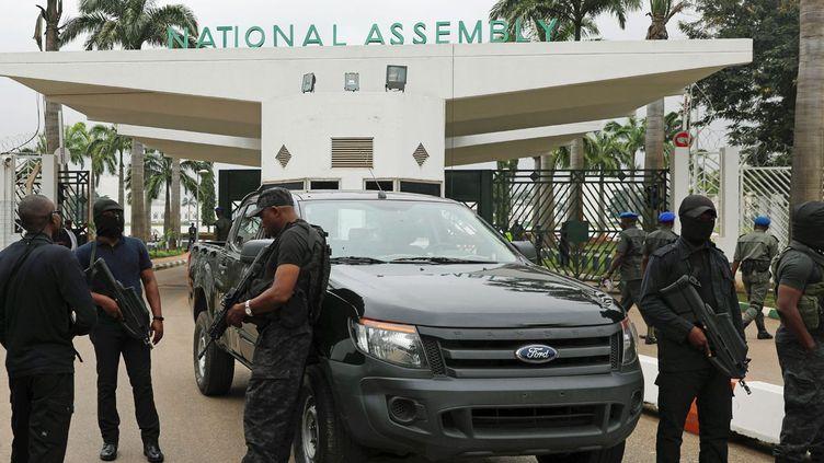 Les forces de sécurité bloquant l'accès à l'Assemblée nationale à Abuja le 7 août 2018. (REUTERS/Afolabi Sotunde)