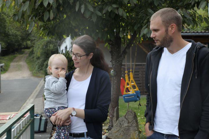 Isabell et Christian Keuler et leur fille de 15 mois, le 24 août 2021 à Ahrbrück (Allemagne). (VALENTINE PASQUESOONE / FRANCEINFO)